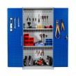 Vue de face porte ouverte de l'armoire perforée d atelier pour outils